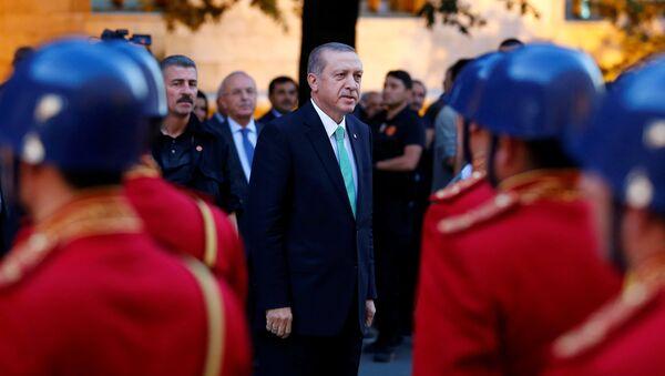 Le président turc Tayyip Erdogan examine une garde d'honneur à son arrivée au Parlement turc à Ankara, en Turquie - Sputnik France