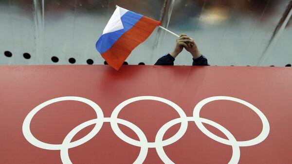 Un supporter tenant le drapeau russe lors des Jeux olympiques - Sputnik France