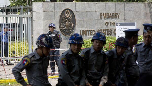 La police du Myanmar devant l'ambassade des Etats-Unis à Yangon - Sputnik France
