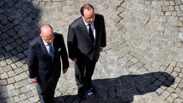 French President Francois Hollande (R) and French Interior Minister Bernard Cazeneuve (L) take part in a minute of silence at the Hotel de Beauvau in Paris, France, July 18, 2016 on the third day of national mourning to pay tribute to victims of the truck attack along the Promenade des Anglais on Bastille Day that killed scores and injured as many in Nice. - Sputnik France