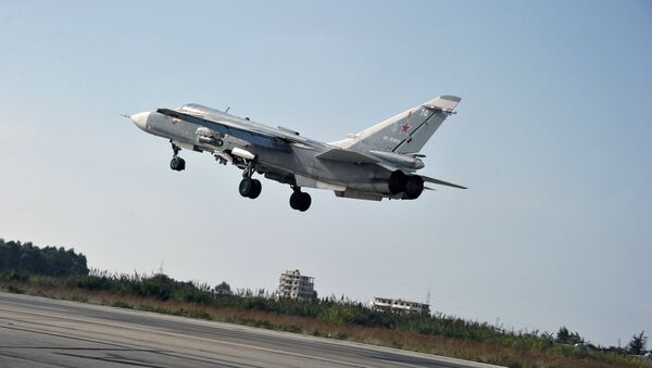 Le bombardier russe Su-24 décolle de la base aérienne d Hmeimim dans la province syrienne de Lattaquié - Sputnik France