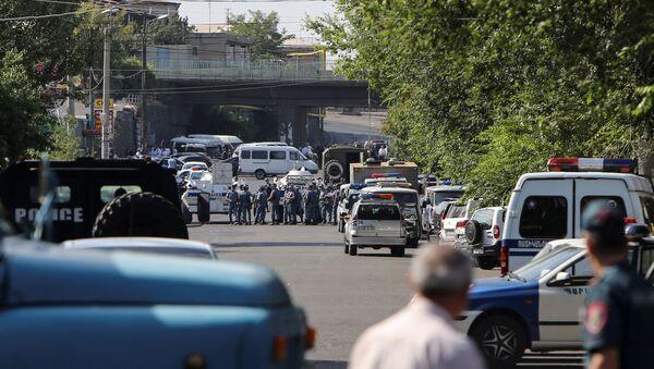 La police arméniene bloque une rue devant un commissariat de police d'Erevan - Sputnik France