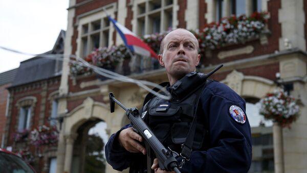 Un policier français devant l'Hôtel de ville de Saint-Etienne-du-Rouvray - Sputnik France