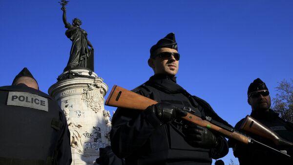 Un policier à Paris - Sputnik France