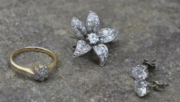 Des diamants valant 6.000 EUR dans une vieille chaise poussiéreuse à 6 EUR - Sputnik France