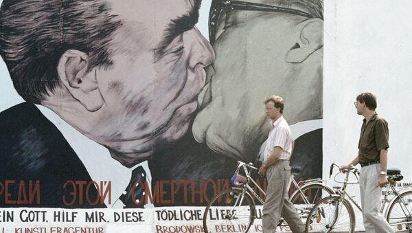 Граффити на уцелевшем участке Берлинской стены - Sputnik France
