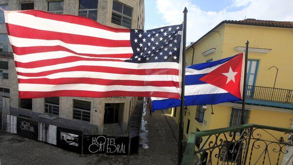 Un drapeau cubain et un drapeau américain au balcon d'un restaurant de La Havana, 19 mars 2016. - Sputnik France