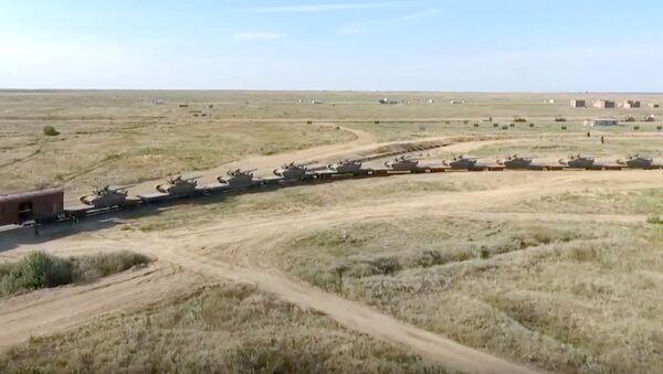 Un train blindé russe traverse la Volga - Sputnik France