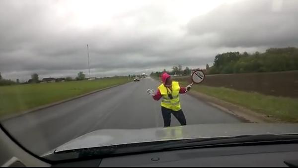 Une agente de la circulation estonienne se met à danser - Sputnik France