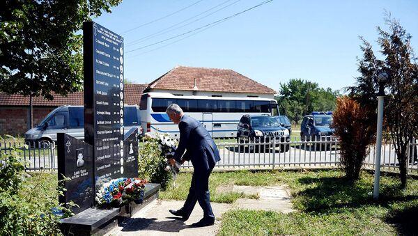 Хашим Тачи полаже цвеће на спомен плочу настрадалим дечацима - Sputnik France