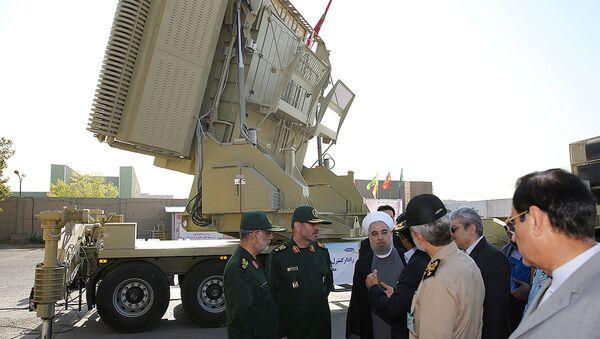 Le Président iranien Hassan Rouhani et le ministre iranien de la Défense Hossein Dehghan près du système antiaérien Bavar-373 à Téhéran, le 21 août 2016 - Sputnik France