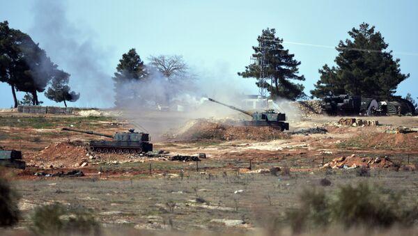 Les militaires turcs frappent les forces kurdes au nord de Manbij, Syrie - Sputnik France
