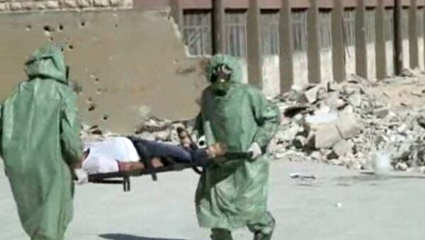 FILE - This image made from an AP video posted on Wednesday, Sept. 18, 2013 shows shows Syrians in protective suits and gas masks conducting a drill on how to treat casualties of a chemical weapons attack in Aleppo, Syria. The Islamic State group is aggressively pursuing development of chemical weapons, setting up a branch dedicated to research and experiments with the help of scientists from Iraq, Syria and elsewhere in the region, according to Iraqi and U.S. intelligence officials. (AP Photo via AP video, File) - Sputnik France