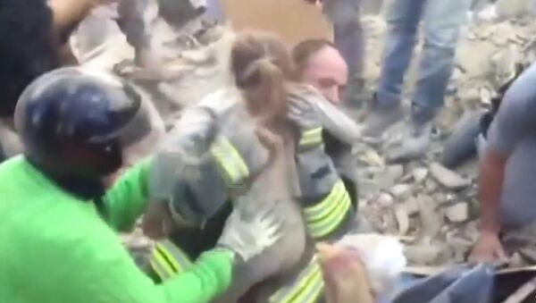 Miraculée: une fillette de 10 ans retrouvée sous les décombres en Italie - Sputnik France