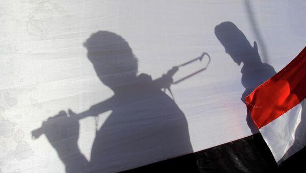 Les ombres de rebelles Houthis portant un drapeau yéménite - Sputnik France