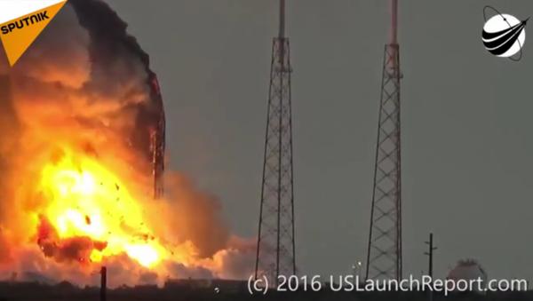 Une fusée Falcon 9 explose au décollage - Sputnik France
