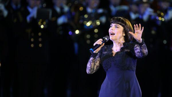 Mireille Mathieu au Festival international de musique militaire Tour Saint-Sauveur - Sputnik France