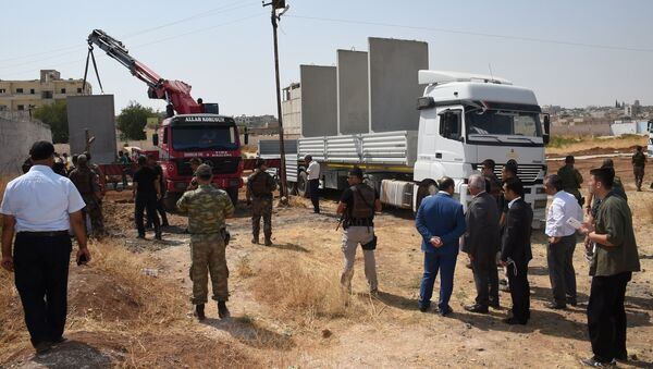 Civil and military authorities inspect the construction of a border wall between Turkey and Syria near the Mursitpinar border gate in Suruc, bordering with the northern Syrian town of Kobani, in southeastern Sanliurfa province, Turkey, August 29, 2016. - Sputnik France