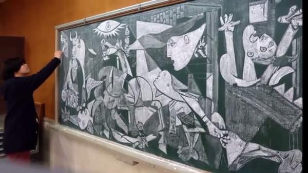 Un professeur Japonais dessine à la craie en classe - Sputnik France