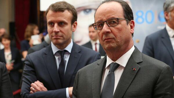 French Economy Minister Emmanuel Macron (L) alongside President Francois Hollande (R). File photo. - Sputnik France