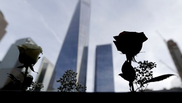 Roses are placed by the mother on the name of her son, an architect who died during the September 11 terrorists attacks, at the edge of the South Pool at the World Trade Center in New York, September 25, 2015 - Sputnik France