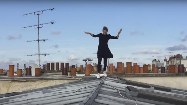Elle vous donnera le vertige en sautant sur les toits de Paris - Sputnik France