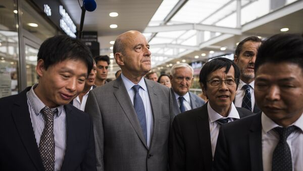 French right-wing Les Republicains (LR) party's mayor of Bordeaux and candidate for the LR party primary Alain Juppe (2-L) and French senator and former Prime Minister Jean-Pierre Raffarin (C) visit a store in the Chinese community in Aubervilliers, near to Paris, on September 8, 2016. - Sputnik France