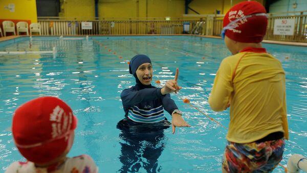 L'interdiction du burkini dans les piscines d'une ville allemande suspendue par des juges - Sputnik France