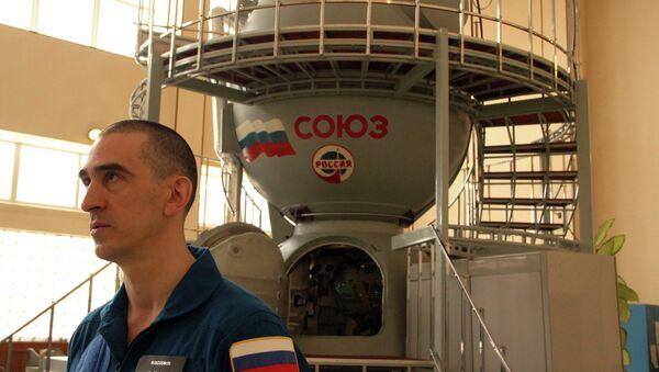 Le cosmonaute Anatoli Ivanichine près du simulateur du vaisseau spatial - Sputnik France