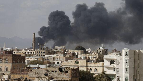 Smoke billows from a site hit by Saudi-led air strikes in Yemen's capital Sanaa January 30, 2016 - Sputnik France