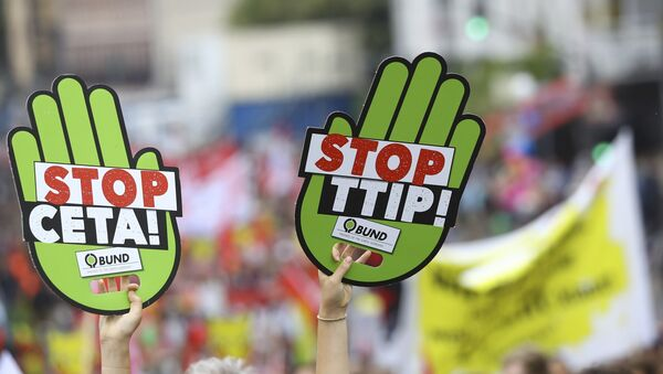 Consumer rights activists take part in a march to protest against the Transatlantic Trade and Investment Partnership (TTIP) and Comprehensive Economic and Trade Agreement (CETA) in Frankfurt, Germany, September 17, 2016. - Sputnik France
