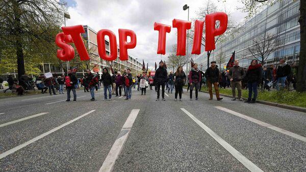 Protesters demonstrate against Transatlantic Trade and Investment Partnership (TTIP) free trade agreement ahead of U.S. President Barack Obama's visit in Hanover, Germany April 23, 2016 - Sputnik France
