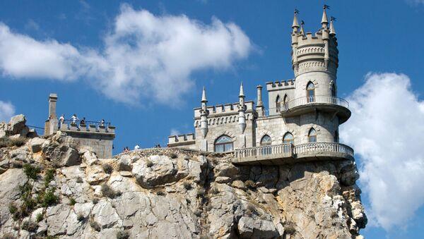 Замок Ласточкино гнездо на береговой скале в поселке Гаспра в Крым - Sputnik France