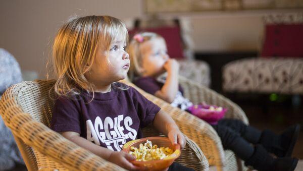 les enfants  regardntr la télé - Sputnik France