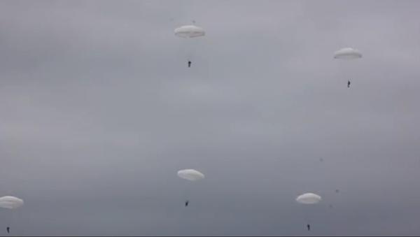 Les entrainements des troupes aéroportées en Russie - Sputnik France