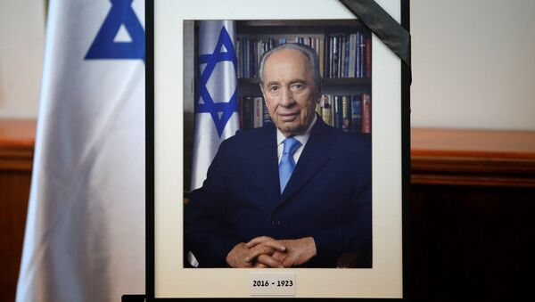A photograph of former Israeli President Shimon Peres is displayed before the start of a special cabinet meeting to mourn the death of Peres, in Jerusalem September 28, 2016. - Sputnik France