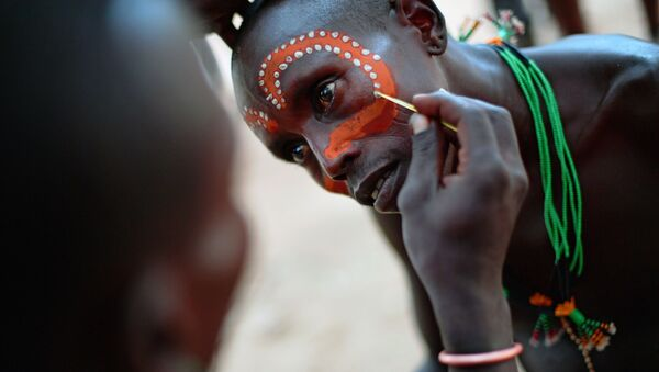 A Hamar man has his face painted before a bull jumping ceremony in Ethiopia's southern Omo Valley region near Turmi on September 19, 2016 - Sputnik France