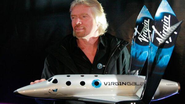 Richard Branson avec un modèle de SpaceShipTwo - Sputnik France