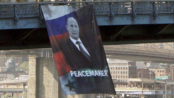 Une bannière avec «Poutine pacificateur» agite New York - Sputnik France