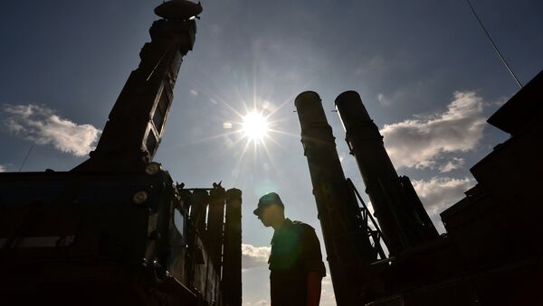 A serviceman stands near an S-300 surface-to-air missile system. (File) - Sputnik France