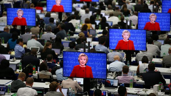 U.S. Democratic presidential candidate Hillary Clinton is seen on television screens at the media room during the first presidential debate with Republican presidential nominee Donald Trump at Hofstra University in Hempstead, New York, U.S., September 26, 2016. - Sputnik France