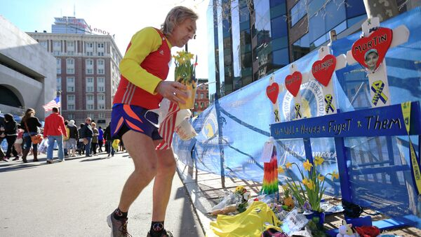 A runner pays his respects at a makeshift memorial honoring to the victims of the 2013 Boston Marathon bombings. - Sputnik France