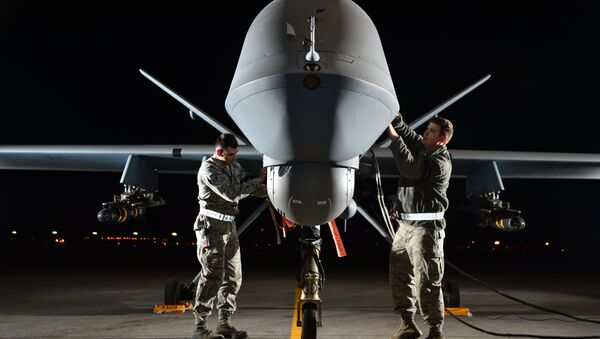 Airman 1st Class Steven (left) and Airman 1st Class Taylor prepare an MQ-9 Reaper for flight during exercise Combat Hammer, May 15, 2014, at Creech Air Force Base, Nev. Reaper crews flew a week-long mission, where they released the GBU-12 Paveway II and AGM-114 Hellfire munitions. Steven and Taylor are MQ-9 Reaper crew chiefs from the 432nd Aircraft Maintenance Squadron. - Sputnik France