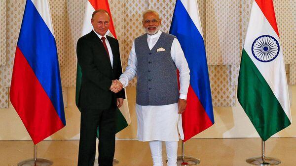 Le président russe Valdimir Poutine et le premier ministre indien Narendra Modi en marge du sommet de BRICS à Goa, Inde - Sputnik France