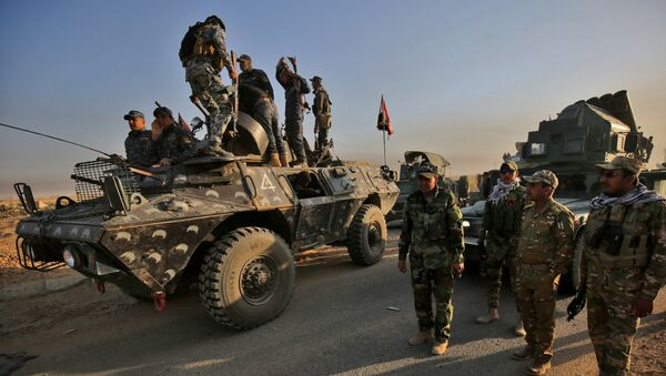 Iraqi forces gather in the area of al-Shourah, some 45 kms south of Mosul, as they advance towards the city to retake it from the Islamic State (IS) group jihadists, on October 17, 2016. - Sputnik France