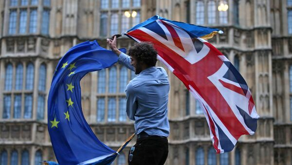 A man waves both a Union flag and a European flag together on College Green outside The Houses of Parliament at an anti-Brexit protest in central London on June 28, 2016. - Sputnik France