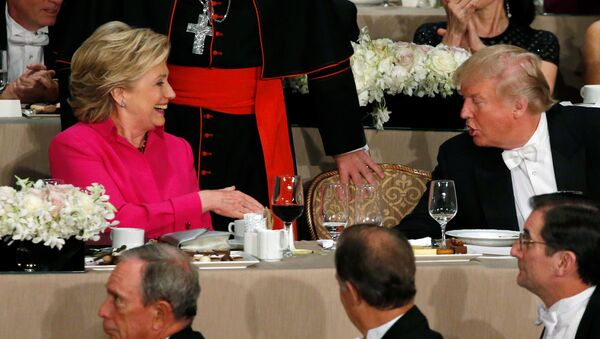 Democratic U.S. presidential nominee Hillary Clinton (L) and Republican U.S. presidential nominee Donald Trump (R) shake hands after their remarks at the Alfred E. Smith Memorial Foundation dinner in New York, U.S. October 20, 2016. - Sputnik France