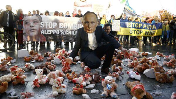 Ein Mann mit Putin-Maske protestiert vor dem Kanzleramt in Berlin gegen den Besuch des russischen Präsidenten. - Sputnik France