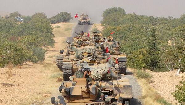 Des chars de l'armée turque font leur chemin vers la ville frontalière syrienne de Jarablus, le 24 août 2016 - Sputnik France