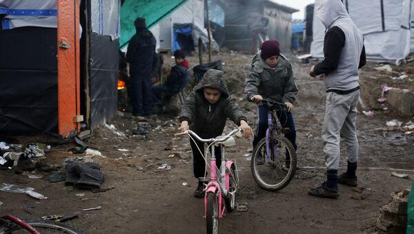 Les enfants afghans près du camp de Calais - Sputnik France